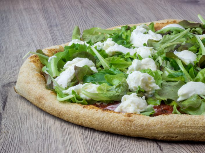 un peu de fraicheur avec cette pizza à la mozzarella di buffala ingrédients Tomate, Mesclun, Boule de Buffala DOP 150gr, Huile d'Olive
