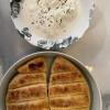 Stracciatella, huile d'olive, feuilles de basilic et son pain maison